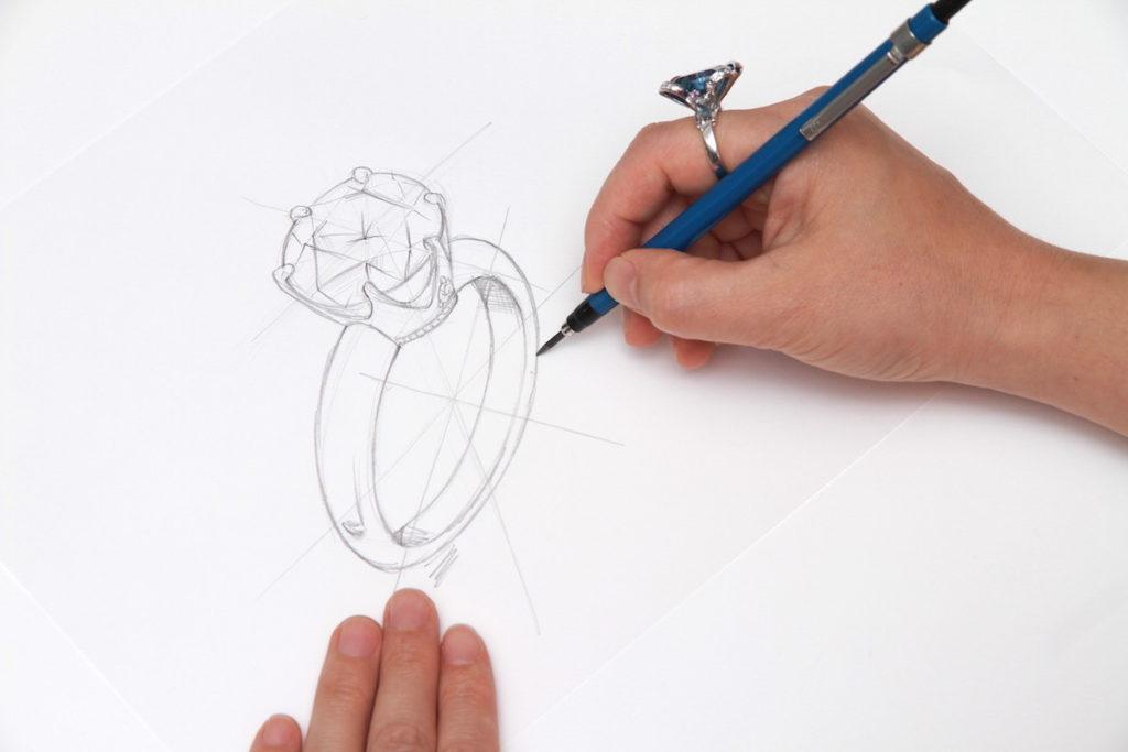 ジュエリーデザインスケッチを描いているところ